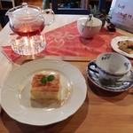 フィーカヤンソン - 料理写真:リンゴンベリーティー&リンゴケーキ650円