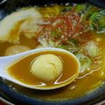 神明 - 赤味噌が強く出てるスープ