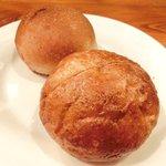 23228555 - 本日のお肉ランチセット 1380円 の自家製パン