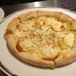 サラ スイート カフェ ルーコラ - 燻製モッツアレラとジャガイモのピザ