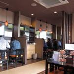 松福 - カウンターとテーブル
