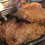 牛鉄 - 下に、もう一枚ステーキが!