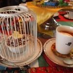 COCOA SHOP AKAITORI - ホットココア & 白い鳥かごに入ったチョコレートロールケーキ