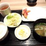 駅膳 - 目玉焼き定食 500円 ※みそ汁の蓋をとると…(2013.12月)