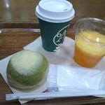 アフタヌーンティー・ベイカリー - 抹茶のメロンパン・カフェオレホット・オレンジジュース