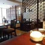 麒麟 - 2階は、中国格子で仕切られた、半個室のあるフロア