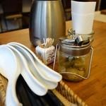 香家 - (2013/11月)テーブルにはお箸、レンゲ、ザーサイ、水、つまようじが備え付け