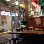 横浜家系ラーメン 綱島商店 - 201312 綱島商店 店内(座席より右回り)⇒入口付近