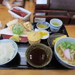 英ちゃんうどん - 置かれてたスポーツ新聞を読んでると注文した天ぷら定食1200円が運ばれてきました。   天ぷら定食はうどん、天婦羅、小鉢、ご飯、香の物、茶碗蒸し、デザートのセットになってます。