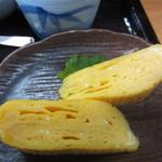 英ちゃんうどん - この日の小鉢は玉子焼き、やや甘目に仕上げてあります。
