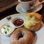 ビクトリア カフェ - ドーナツとスコーンのセット+ホットコーヒー