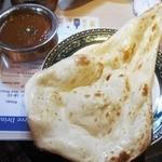 インド料理 マナカマナ - ('13/12)相変わらず大きなナン。お代わり可