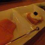 矢野善 - 柿とクリームチーズのっけたカナッペと野菜チップス