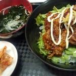 中野畜産 - 丼のランチはお得な¥500!スープと漬物も付いてます。 ※お写真は唐揚げ丼