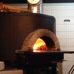 ピッツェリア・ヴァ・ブー - 2014年1月日本製のピザ釜。薪で焼かれています♪