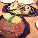 ガッツ・グリル - カットステーキ、赤いハンバーグ