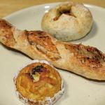 ムール ア ラ ムール - 奥が焼きカレーパンです。