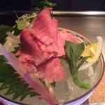 里味 - 和牛タントロ刺しはわさび・生姜・にんにくをたまり醤油で。