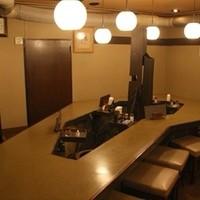はじめ - レトロな雰囲気の店内。大テーブルには最大18名様まで座れます。