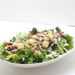 トリプルアール グリルキッチン - 厚切りベーコンと木の子のシーザーサラダ仕立て¥698