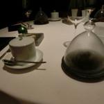 レストラン ラ フィネス - トリュフのクリームスープとトリュフのクロワッサンの形をしたブリオッシュ