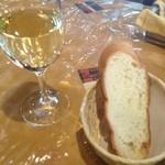 トゥレンタ - ランチのパンと、グラスワイン♪
