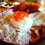 海花 - 料理写真:五色丼。漁師がやる店だから新鮮で安い!