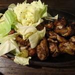 秋田炉端 しげぞう - 岩手菜彩鶏のゴテ焼き