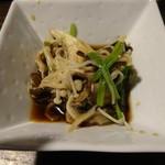 秋田炉端 しげぞう - 山菜とキノコの和え物
