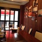 Vineria Dopo Domani - 奥はカウンターと禁煙席。手前が喫煙席