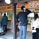 岡本屋 売店 - 少し寄ってみました。左にゴリラがお出迎えです。
