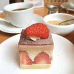 チャヤマクロビ - 契約農家「富山農園」の苺を使用した苺のショートケーキ210kcal ランチに 440円で食べられます\(^o^)/ オーガニックコーヒーにはお砂糖としてテンサイ、クリームは豆乳が添えられています♡