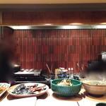 京家 きよみず - カウンター正面。おばんざいが大鉢で並んでます。