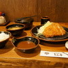 とん吉 - 料理写真:トンカツ定食1050円全景、奥は、お替りのおひつ