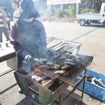 中山牡蠣養殖所 - あっと言う間に煙が! 近づきすぎると、牡蠣が汁を飛ばしてきますよ(笑)