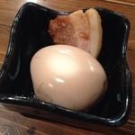 新橋シャモロック酒場 - 201312 お通しの煮玉子と豚角煮
