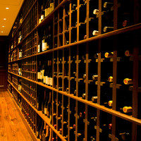 充実のワインラインアップ。当店自慢のお肉料理をお好みのワインとご一緒にお楽しみいただけます。