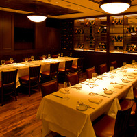 """店内は、極上ステーキを味わう""""至福の時""""を過ごすに相応しい、格調高くエレガントな空間。"""