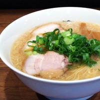 らーめん一途 - 当店のスープは上層は甘みにあるマイルドな背脂、中層は鶏がら醤油のあっさりチキンスープ、下層はピリッと辛い一味のアクセント。  食べ進むうちに味の変わる三層構造のスープです。レンゲを使っても美味しく召し上がれますが、どんぶりを持ってスープを飲んで頂くと  より一層美味しく召し上がれます。