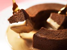 パティスリーブラザーズ - 期間限定【ショコラプリンバウムクーヘン】しっとりふわふわのショコラバウムの中央にチョコレートのプリンを閉じ込めました。