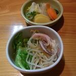 魚登久 - 小鉢(サラダでした)と漬物