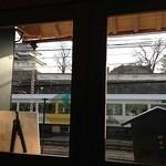 24001407 - 窓からの景色(電車が通過中)