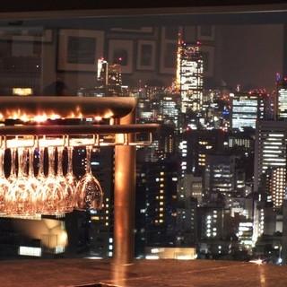 窓一面に広がる新宿の夜景!
