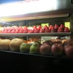 レストランバー・ネバダクラブ - 店には行ってすぐにフルーツのショーケース。