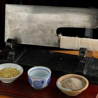北海道と信州産のそば粉を石臼で挽いています。