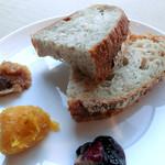 インダストリー - カンパーニュ(シリアル)にリンゴのチャツネ、パンプキンのマーマレード、チキンパテブルーベリーソースを添えてみました(家で)