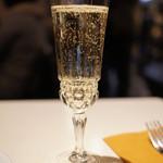 24230038 - スパークリングワインのグラスがすてき!