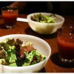 山本のハンバーグ - サラダと野菜ジュース