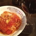 フォロ ロマーノさとる - リングイネのポモドーロとイタリア赤ワイン。ロコザイケメニューですよ。私の隠れ家。