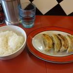 中華そば 華丸 - 餃子(400円)、半ライス(100円)